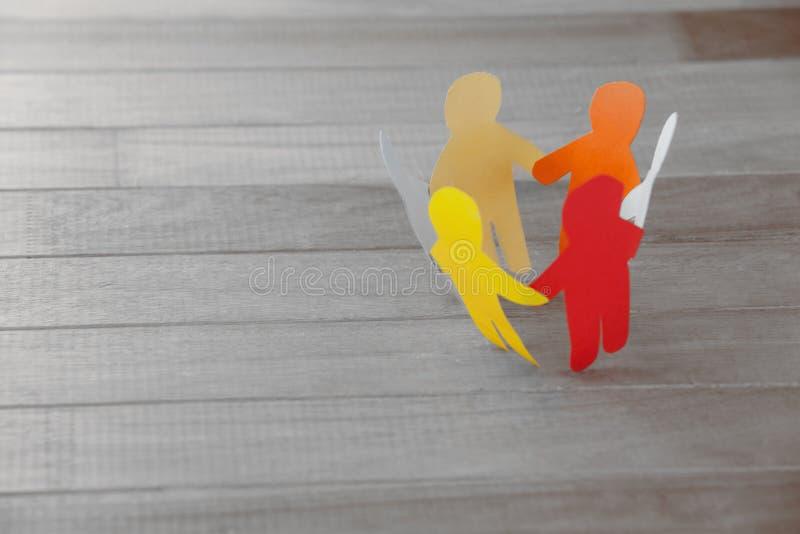 Figuras de papel coloridas que formam o círculo na tabela de madeira imagem de stock