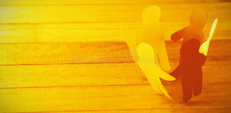 Figuras de papel coloridas que formam o círculo na tabela de madeira imagem de stock royalty free