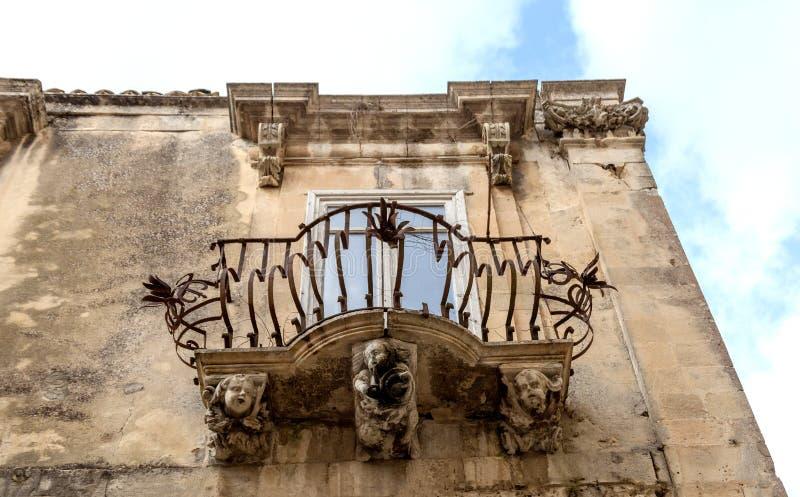 Figuras de piedra antropomorfas debajo del balcón del palacio de Rocca del La Ragusa Ibla Sicilia Italia foto de archivo