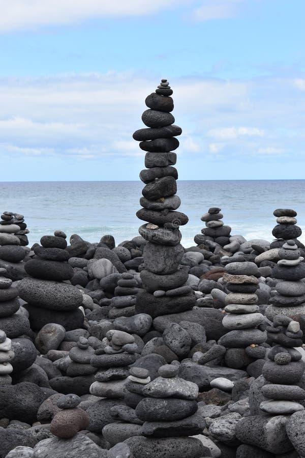 Figuras de piedra apiladas en el jardin del playa de la playa en Tenerife en Puerto de la Cruz en Europa foto de archivo libre de regalías