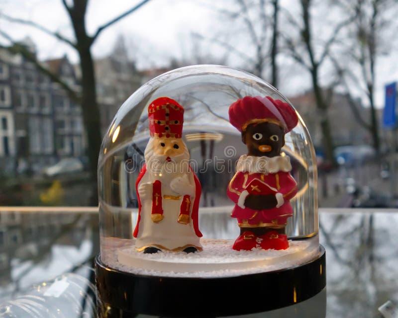 Figuras de Santa Claus del holandés en ventana de la tienda de Amsterdam fotografía de archivo libre de regalías
