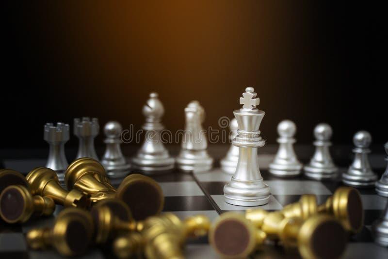 Figuras del ajedrez a bordo con el fondo negro fotos de archivo
