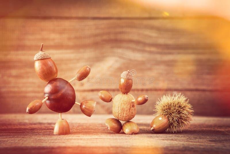 Figuras del chapucero del otoño en fondo de madera fotografía de archivo