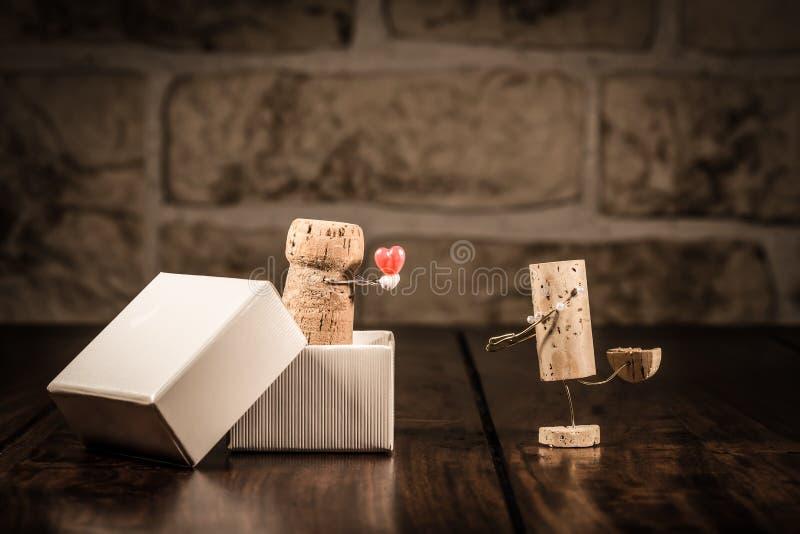 Figuras del corcho del vino, presente del amor del concepto imagenes de archivo