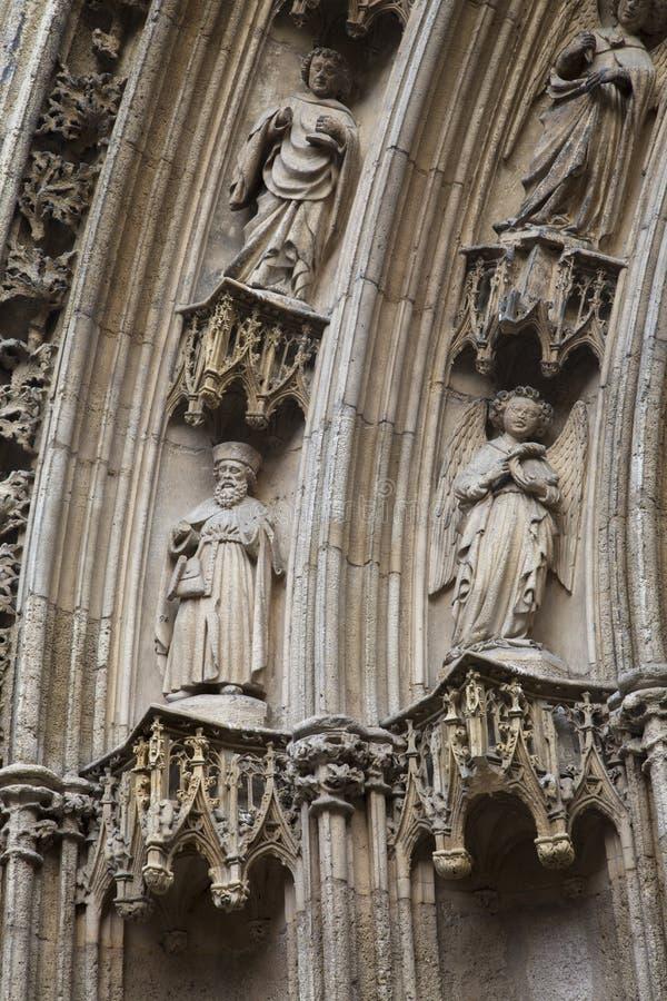 Figuras del santo en la iglesia del Saint Pierre, Burdeos imagen de archivo