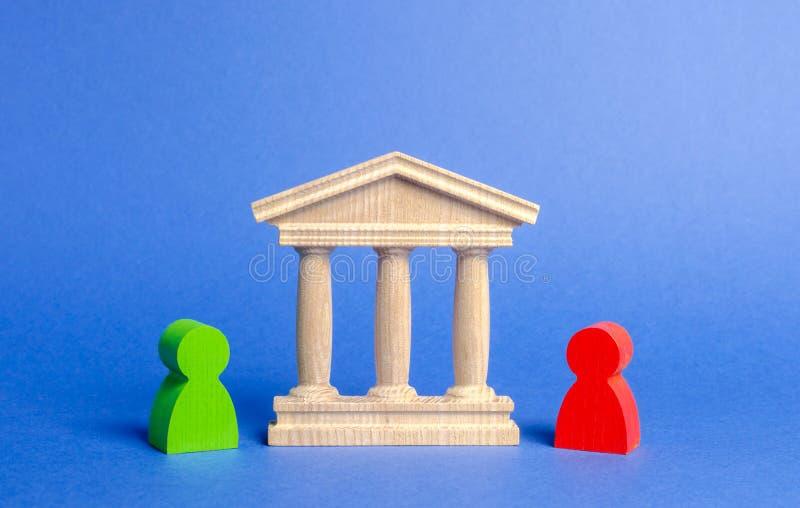 Figuras del soporte cerca del edificio del gobierno, corte, banco de la gente rivales Resolución de la confrontación y de conflic imagen de archivo libre de regalías