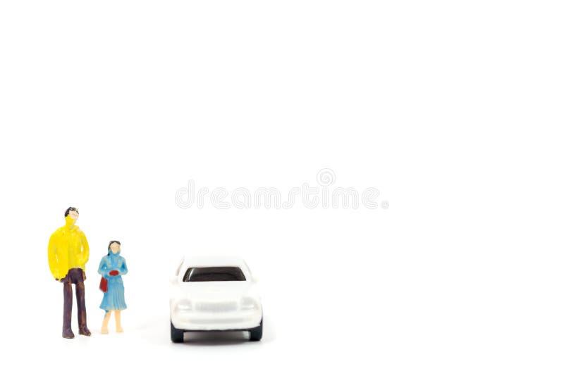 Figuras diminutas dos povos e do carro imagens de stock royalty free