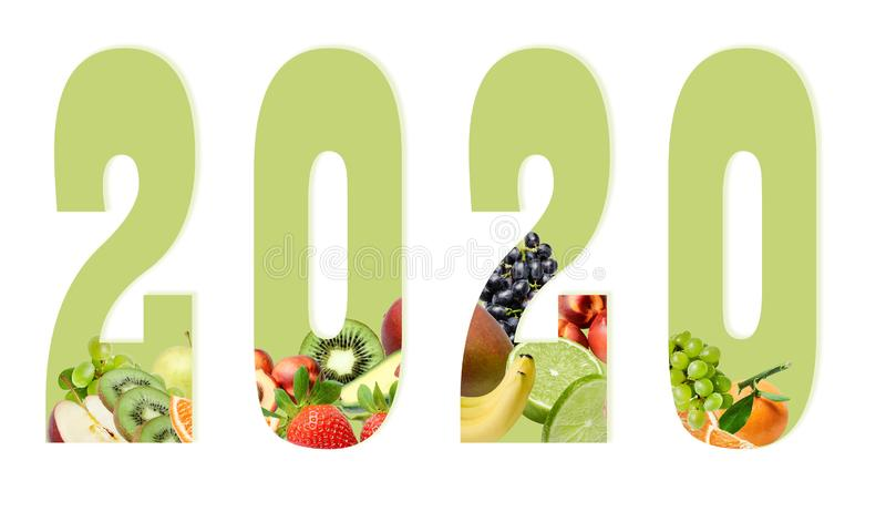 Figuras do ano novo 2020 em um fundo branco decorado com composição do fruto abaixo Elemento do projeto para a c?pia ou a Web fotografia de stock