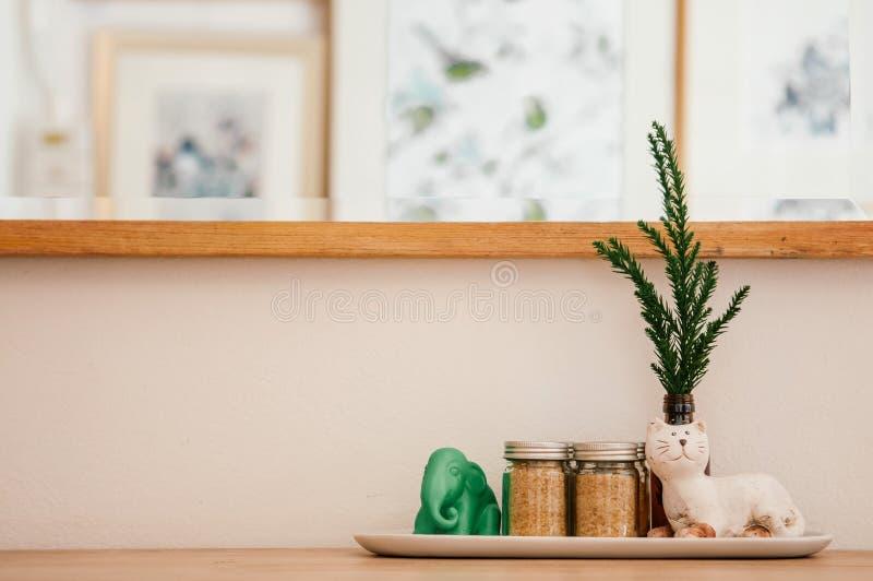 Figuras do gato e do elefante de Caremic com as garrafas da folha e do açúcar do pinho no café imagens de stock