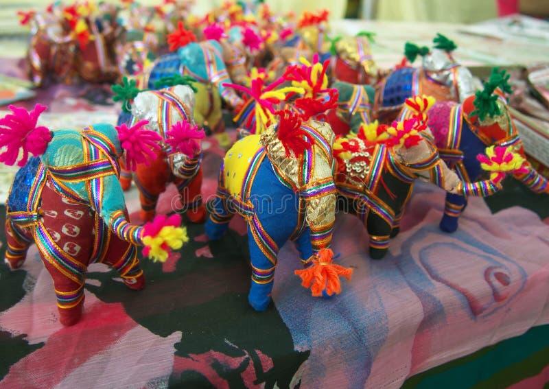 Figuras dos elefantes do tecido na feira de bens indianos imagens de stock