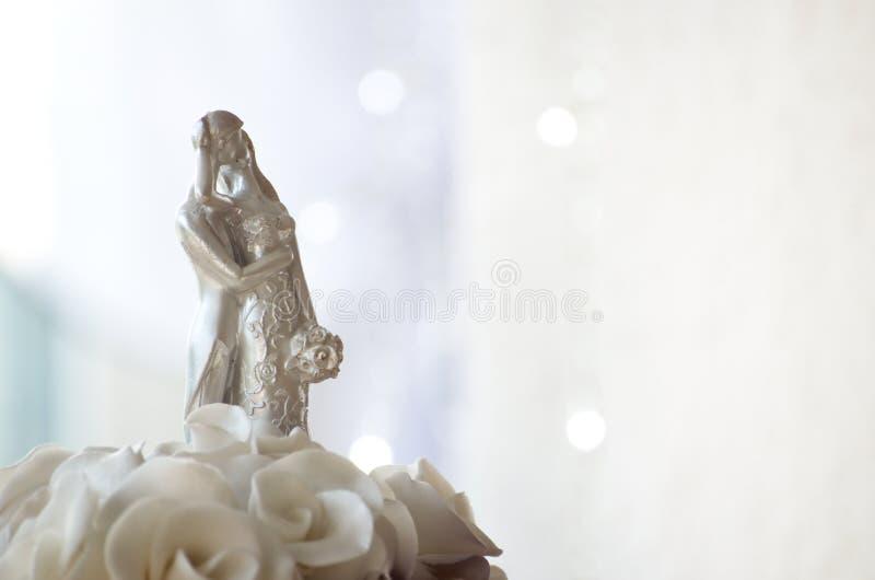 Figuras en el pastel de bodas imagen de archivo