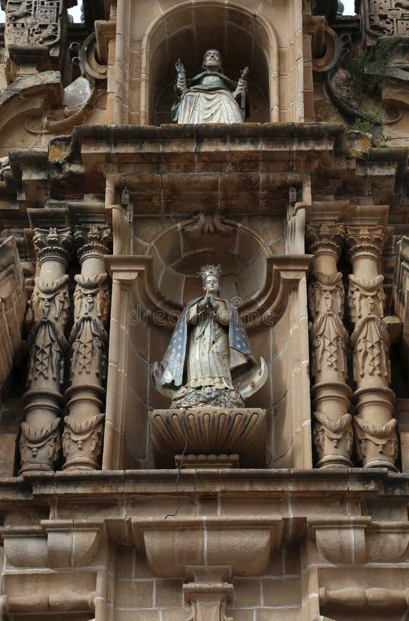 Figuras en la fachada de la catedral metropolitana de Sucre, Bolivia imagen de archivo