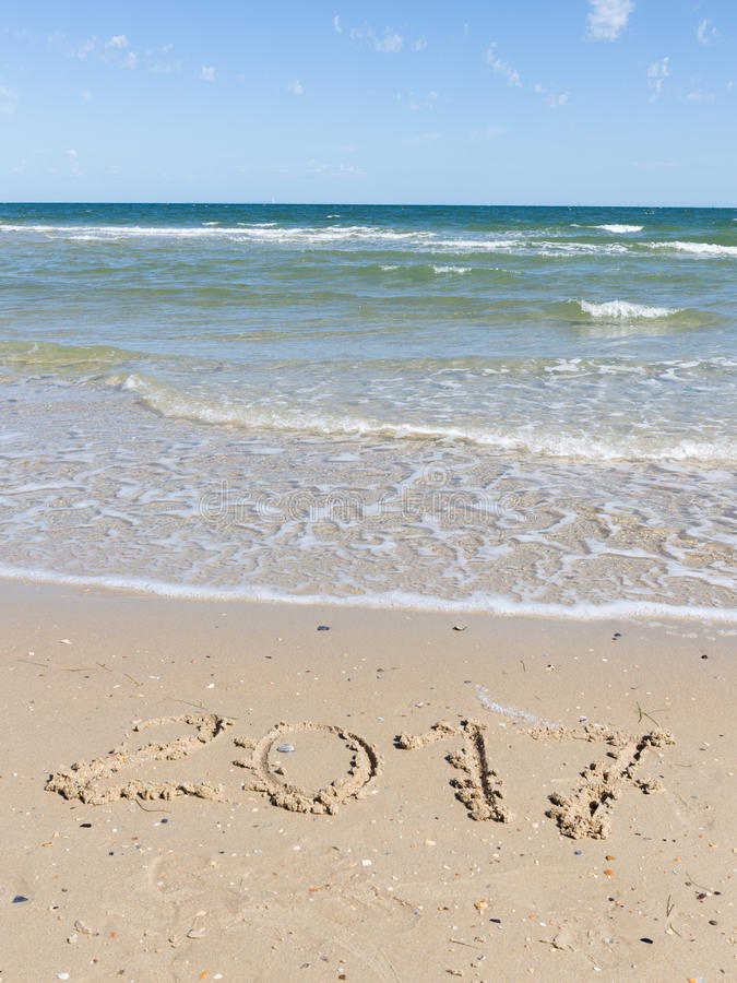 2017 figuras en la playa del mar imagen de archivo