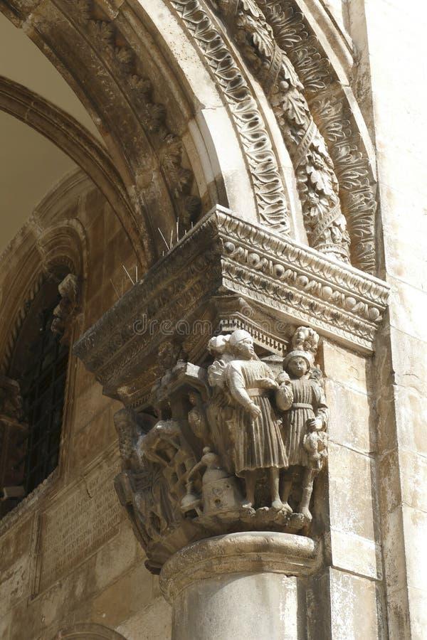 Figuras en las capitales del palacio del rector imagenes de archivo