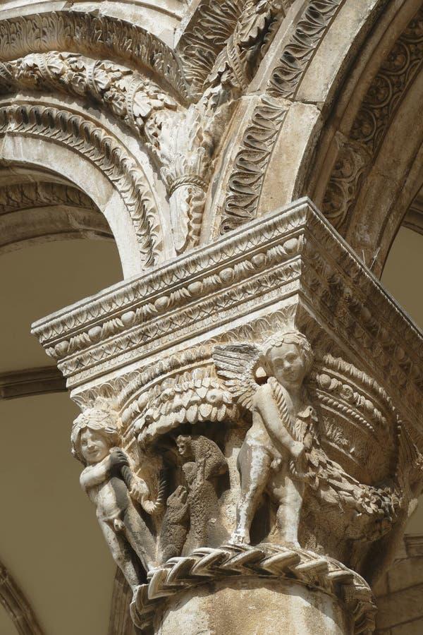 Figuras en las capitales del palacio del rector foto de archivo libre de regalías