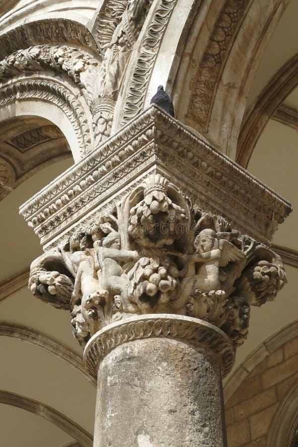 Figuras en las capitales del palacio del rector fotografía de archivo