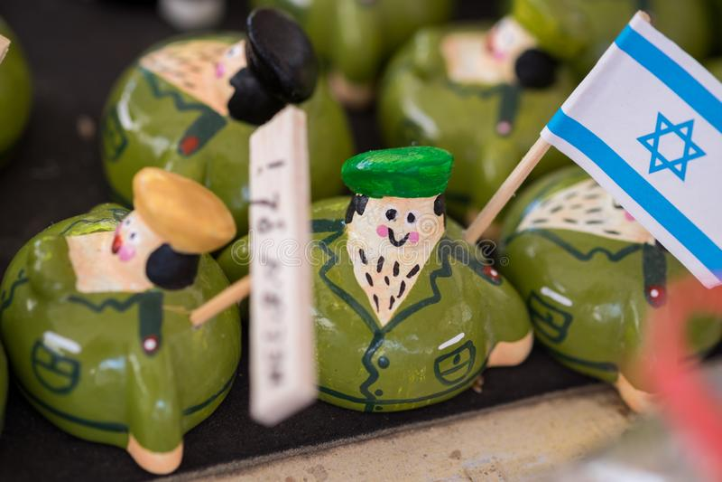 figuras engraçadas do soldado israelita da lembrança para a venda no mercado do artesanato fotografia de stock