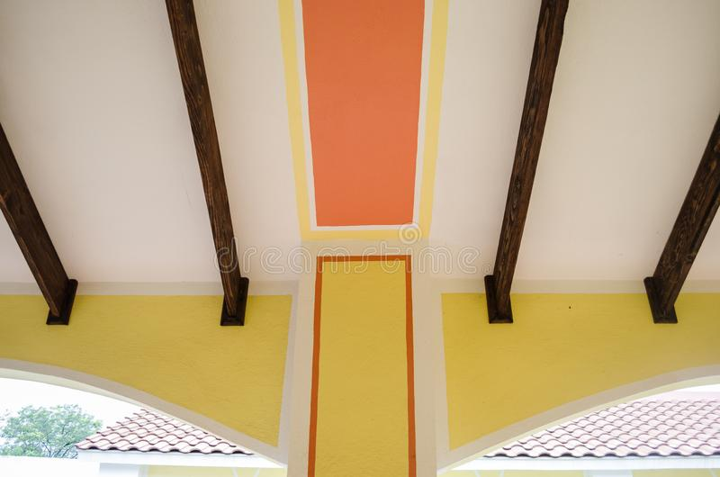 Figuras geométricas abstratas da pintura interior de uma casa velha, retângulo vermelho com barras de madeira imagens de stock royalty free