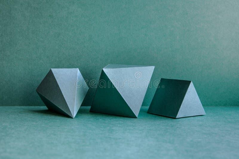 Figuras geométricas ainda composição da vida O cubo retangular do tetraedro tridimensional da pirâmide de prisma objeta sobre imagens de stock