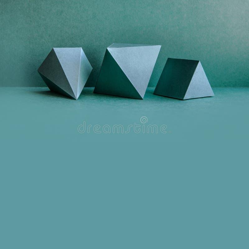 Figuras geométricas ainda composição da vida O cubo retangular do tetraedro tridimensional da pirâmide de prisma objeta sobre fotografia de stock
