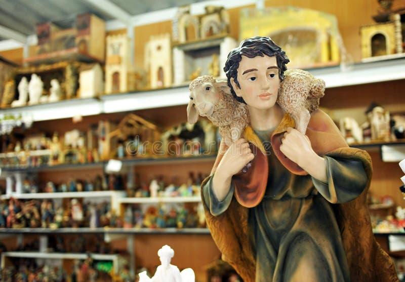 Figuras pequenas de Belen, pastor com carneiros, mercado do Natal fotos de stock