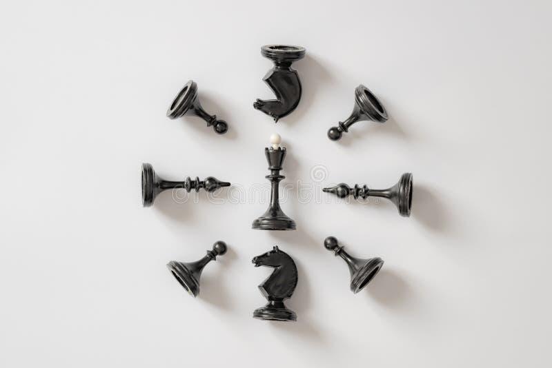 Figuras preto e branco da xadrez no fundo branco Copie o espaço para sua inscrição fotos de stock