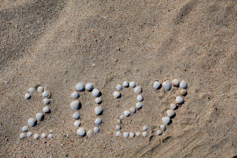"""Figure """"2027 """"est présentée sur le sable avec des coquilles photos stock"""