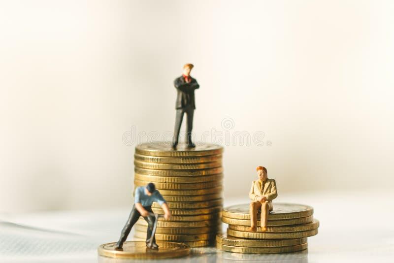 Figure condizione dell'uomo d'affari risparmio dei soldi investimento immagine stock libera da diritti
