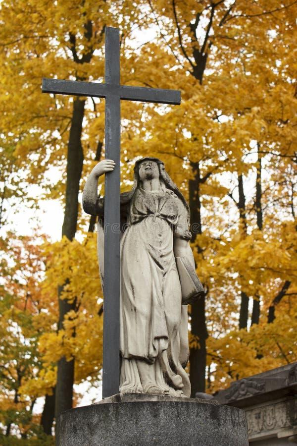 Figure d'un ange avec une croix et un livre image libre de droits