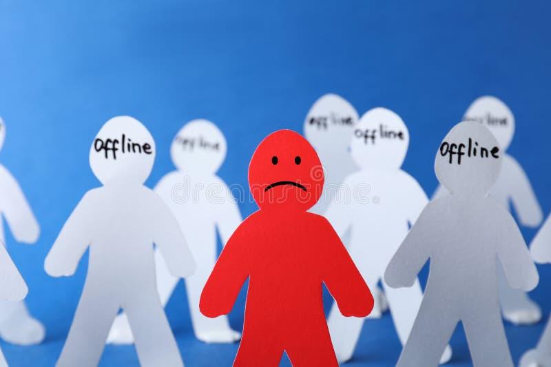 Figure de papier rouge parmi la blanche sur le fond de couleur Concept de solitude photo stock