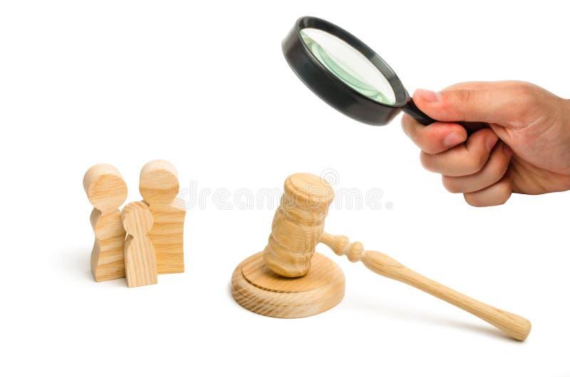 Figure della famiglia e del martello del giudice Concetto del sistema giudiziario per i diritti umani Argomenti della famiglia, l immagine stock