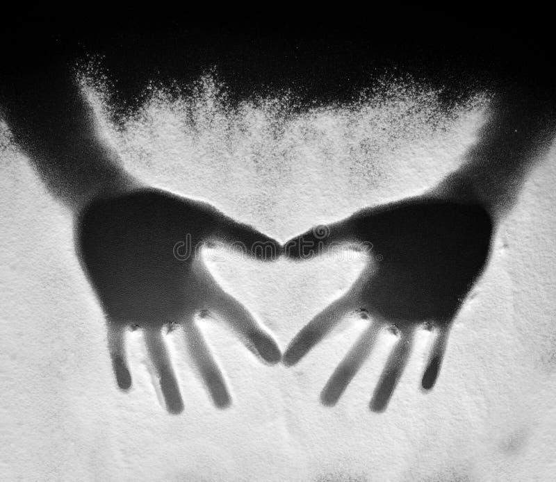 Figure delle mani su farina fotografia stock