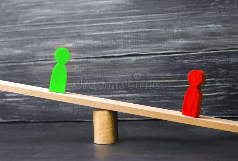 Figure di legno della gente rivali nel supporto di affari sulle scale prova Conflitto Vittoria e sconfitta cattivo e buon lavorat immagine stock