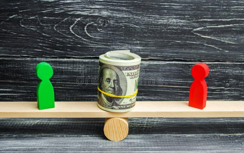 Figure di legno della gente sulle scale e dollari fra loro una disputa fra due uomini d'affari prova Ristrutturazione del debito  fotografia stock libera da diritti