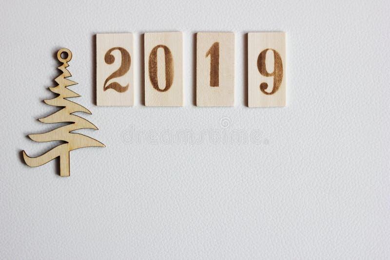 2019 figure di legno ed albero di Natale immagine stock