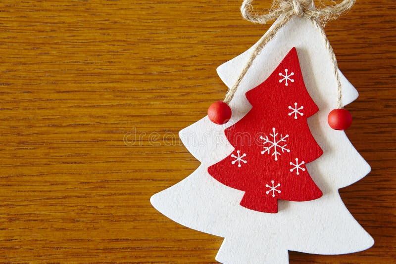 Figure di legno fatte a mano dell'albero di Natale nel colore bianco e rosso fotografia stock libera da diritti