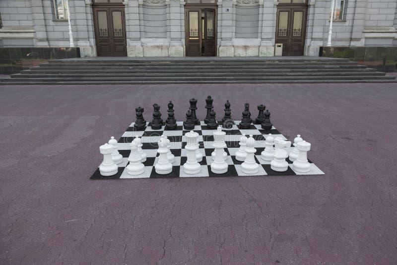 Figure di scacchi pronte per il gioco immagine stock