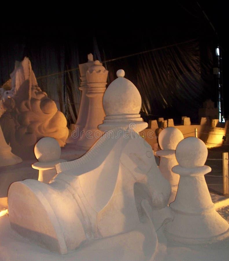 Figure di scacchi in sabbia immagini stock libere da diritti