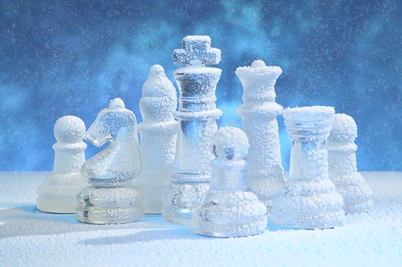 Figure di scacchi sotto neve immagini stock