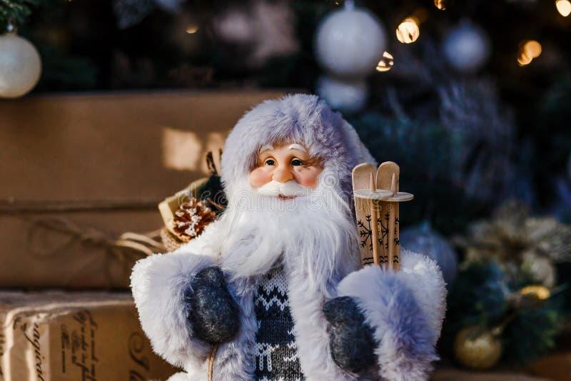 Figure du Père Noël en costume gris pour Noël photo libre de droits