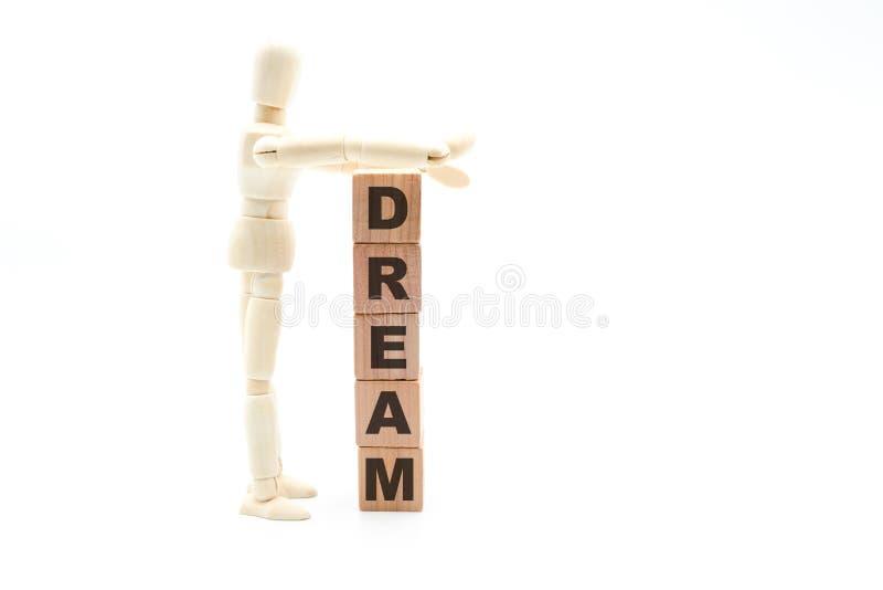 Figure en bois en tant que rêve de bâtiment d'homme d'affaires comme tour des cubes en bois photographie stock