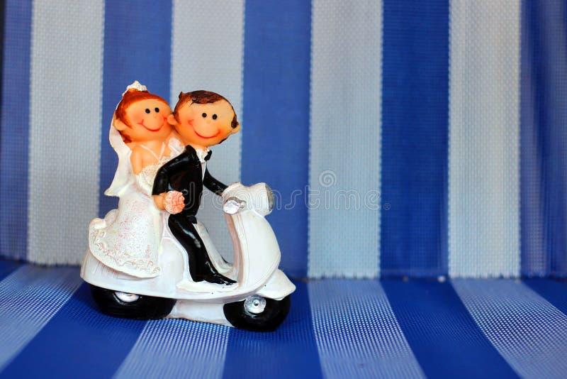 Figure en céramique d'un couple de nouveaux mariés images libres de droits
