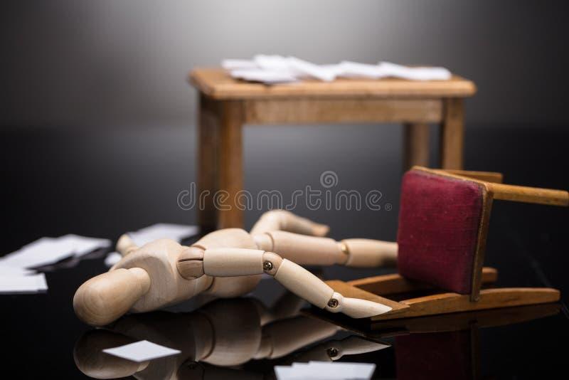 Figure factice en bois inconsciente se trouvant sur le plancher images stock