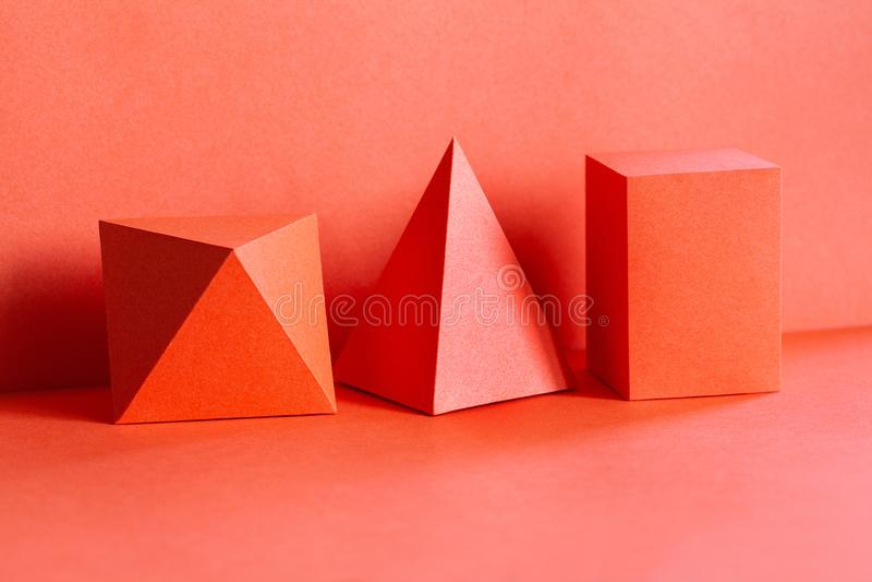 Figure geometriche viventi composizione di colore di corallo di tendenza in natura morta Bella piramide tridimensionale rettangol fotografia stock