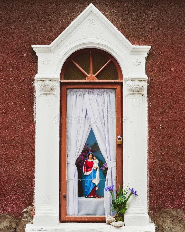 Free Figure Of Mary Holding Jesus In A Outdoor Shrine Royalty Free Stock Images - 18151839