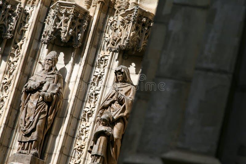 Figure portale della chiesa fotografia stock