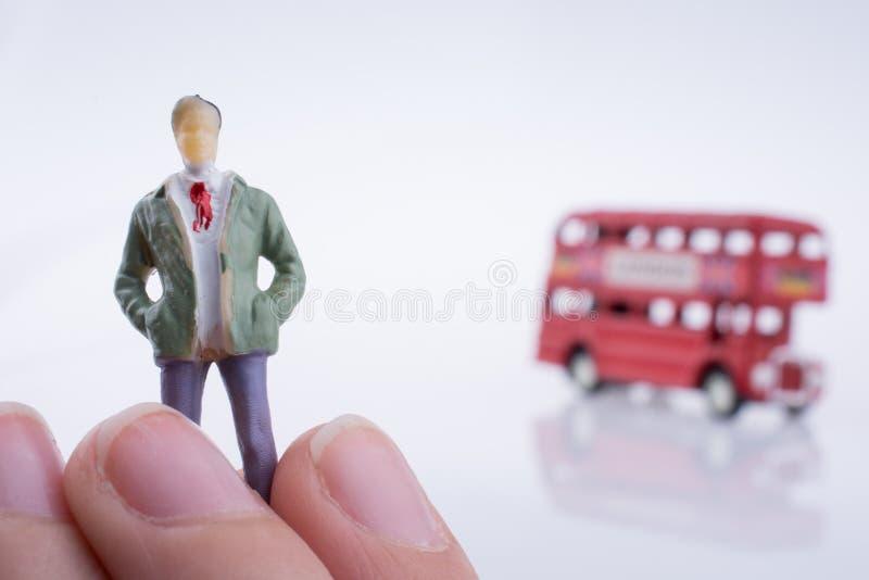Figure près d'un autobus de Londres images stock