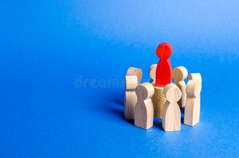 Figure rouge du chef au centre du cercle des personnes Création d'une équipe d'affaires et de sa gestion coop?ration photo libre de droits