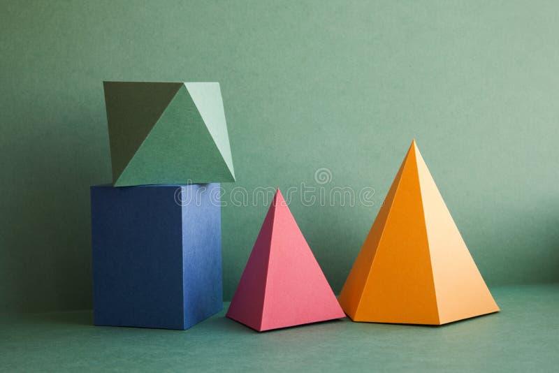 Figure solide geometriche astratte natura morta Il cubo rettangolare del prisma tridimensionale variopinto della piramide ha sist fotografie stock libere da diritti