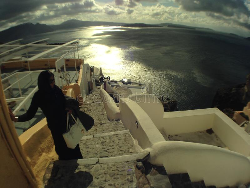 Figure sur la pente menant en bas d'Oia dans Santorini en Grèce photos stock